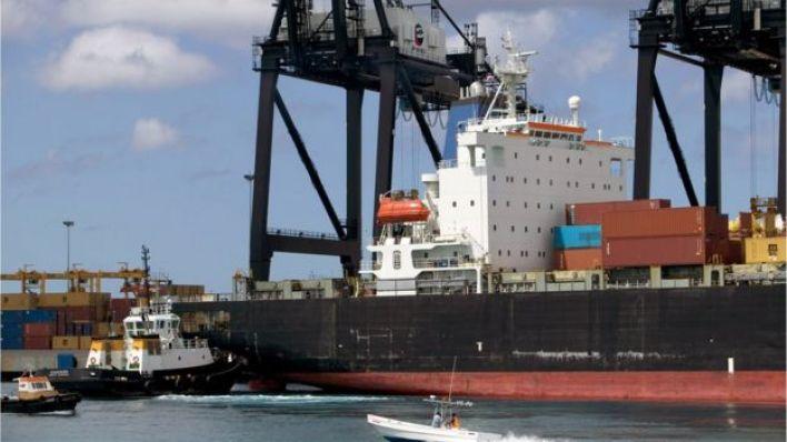 Barcos con contenedores.