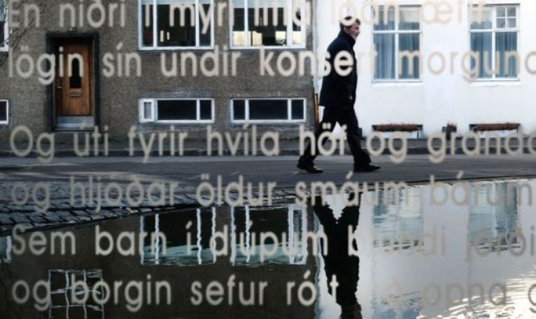 Tienda con el vidrio escrito en islandés