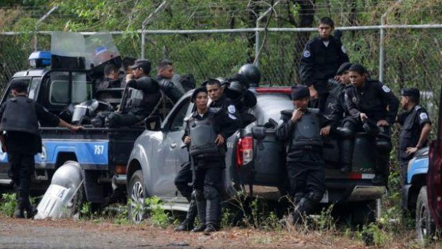 Policías de Nicaragua afuera de la sede del diálogo
