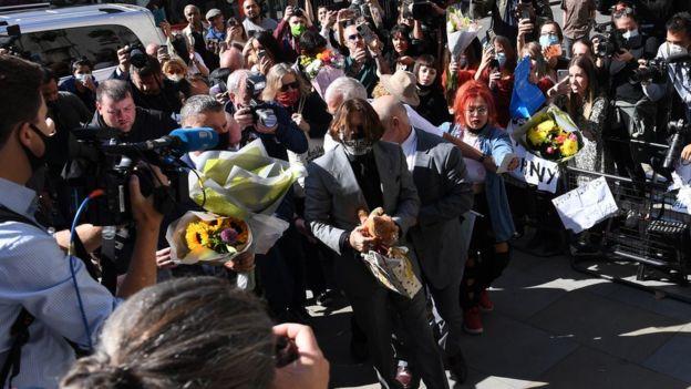حشد من المراسلين والمعجبين في استقبال جوني ديب