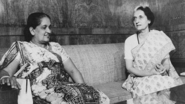 Sirimavo Bandaranaike, primera ministra de Ceylon (Sri Lanka), e Indira Gandhi, de India, reunidas en 1976.