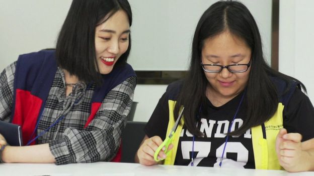 Hawon, a la derecha, con una consejera del campamento