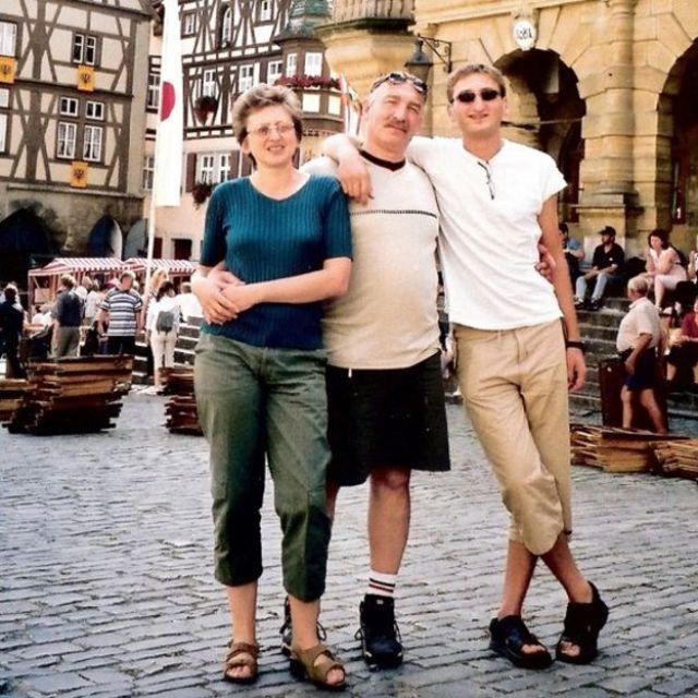 Julia, Vlad e o filho Baruch, posam para foto na Alemanha