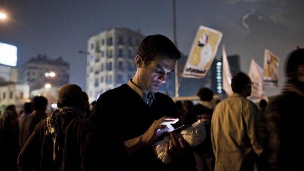 متظاهرون في ميدان التحرير يستخدمون هواتفهم للوصول إلى الانترنت