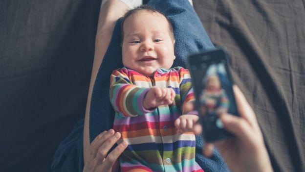 Bebé con celular.
