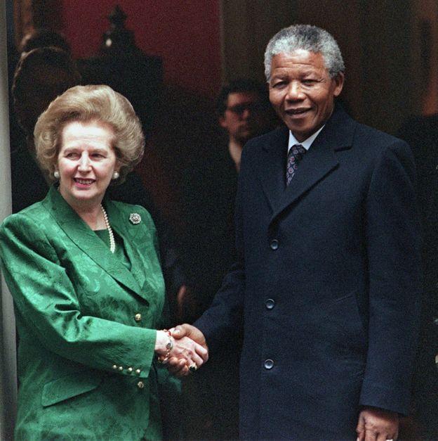 Thatcher ve Mandela'nın el sıkışması