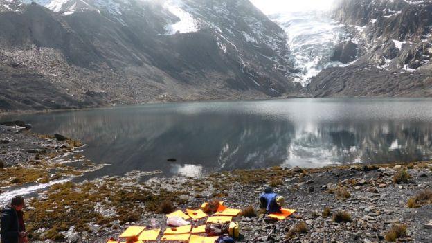 Lago glaciar cerca de las localidades de Pelechuco y Agua Blanca, en la región de Apolobamba en el norte de Bolivia