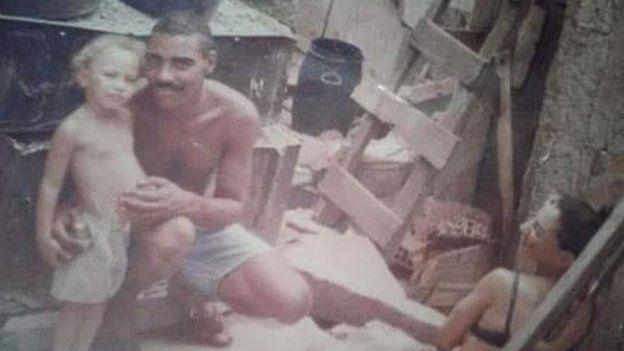Em foto antiga, Amarildo aparece ao lado de criança