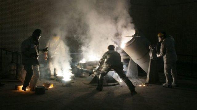 Homens trabalham em um centro de enriquecimento de urânio no Irã, em foto de 2005