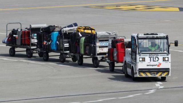 Veículo leva bagagens para pista decolagem