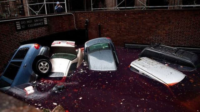 Autos flotando en un estacionamiento subterráneo.