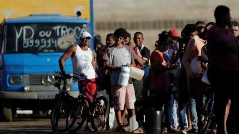 Fila para conseguir um pouco de combustível em posto de Porto Alegre