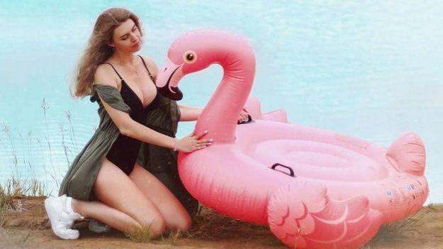 Una usuaria de Instagram posa en el lago con un flamenco inflable