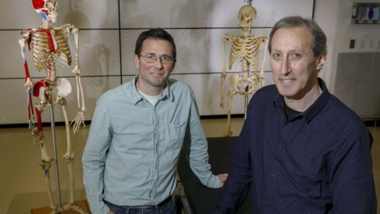 Los doctores Cam Walker y Mark Hankin de la Universidad de Salud y Ciencia de Oregon.