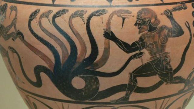 Una vasija con el dibujo de una serpiente de muchas cabezas