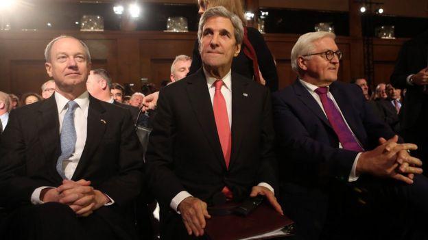 Đại sứ Hoa Kỳ John Emerson, Bộ trưởng Ngoại giao Hoa Kỳ John Kerry, và Bộ trưởng Ngoại giao Đức Frank-Walter Steinmeier tại một buổi lễ ở Berlin tháng 12/2016.