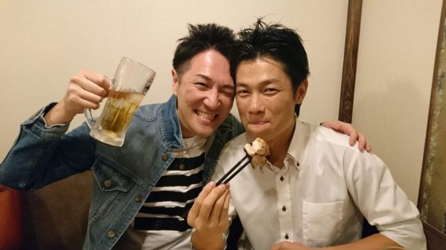 Yuichi Ishii brinda con un vaso de cerveza cerca de un amigo