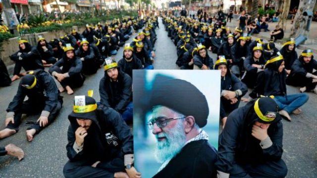 Zwolennicy libańskiego ruchu szyickiego Hezbollah trzymają zdjęcie najwyższego przywódcy Iranu Ajatollaha Alego Chamenei, biorącego udział w procesji żałobnej w Bejrucie, 10 września 2019 r.