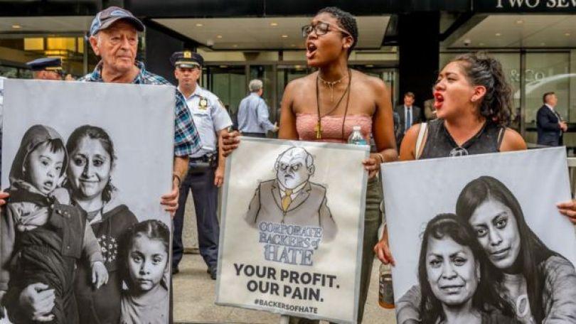 Protesto contra empresas que apoiam política migratória de Trump