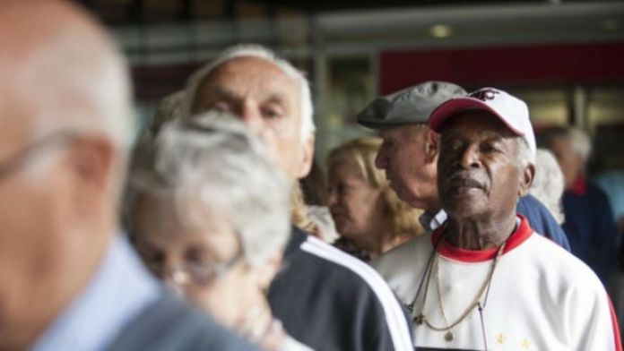 Fila de pessoas de idade no Brasil