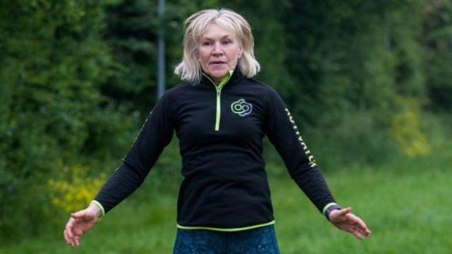 Mulher faz exerício em parque