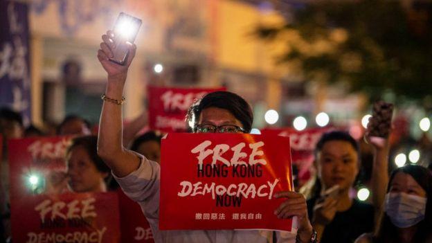 Protestante exigiendo democracia en las calles de Hong Kong en junio de 2019.