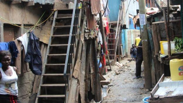 Une femme devant sa maison dans le bidonville de Mukuru
