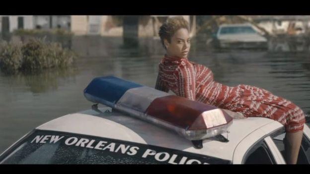 Beyonce en un coche de policía sumergida