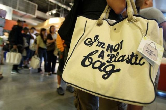 Sacola com a estampa 'I'm not a plastic bag' ('Eu não sou uma sacola plástica', em tradução livre), produzida pela designer inglesa Anya Hindmarch'