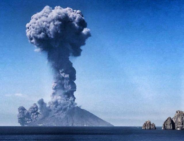 Erupção do vulcão na ilha Stromboli, no sul da Itália