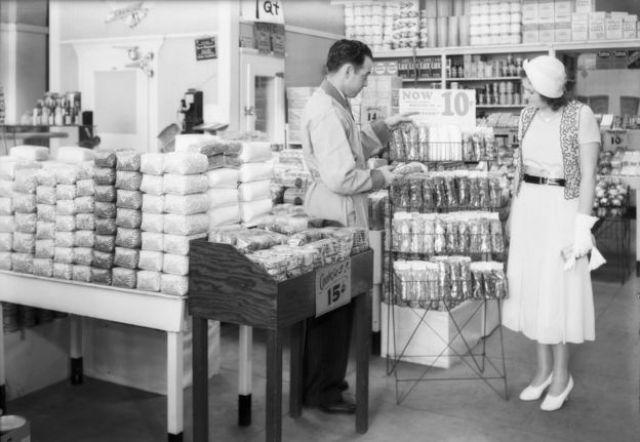 Embalagens de celofane em supermercado na Califórnia em 1932