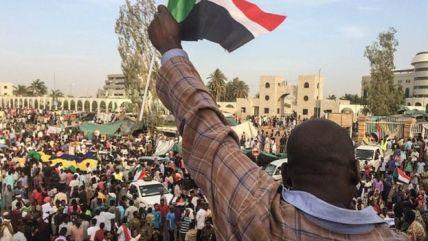 Sudan'ın başkenti Hartum'da askeri karargah önünde protestolar sürüyor