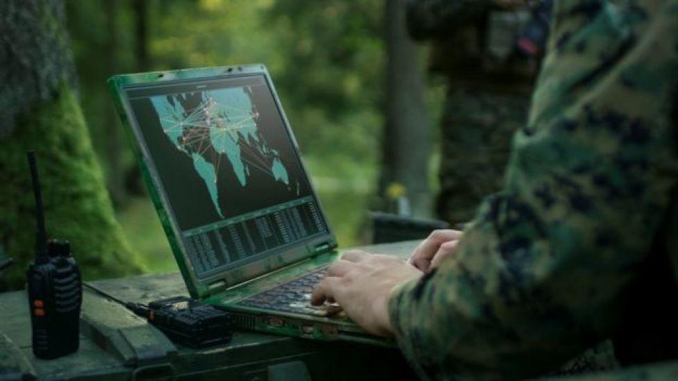 Militar frente a computadora