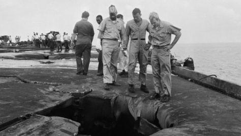 1967年に火事で破損した空母フォレストルの損傷を点検するマケイン(右)