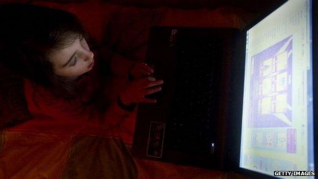 Mujer tecleando en una computadora