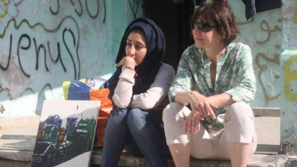 Una joven refugiada siria conversa con la reportera de la BBC María Margonis.