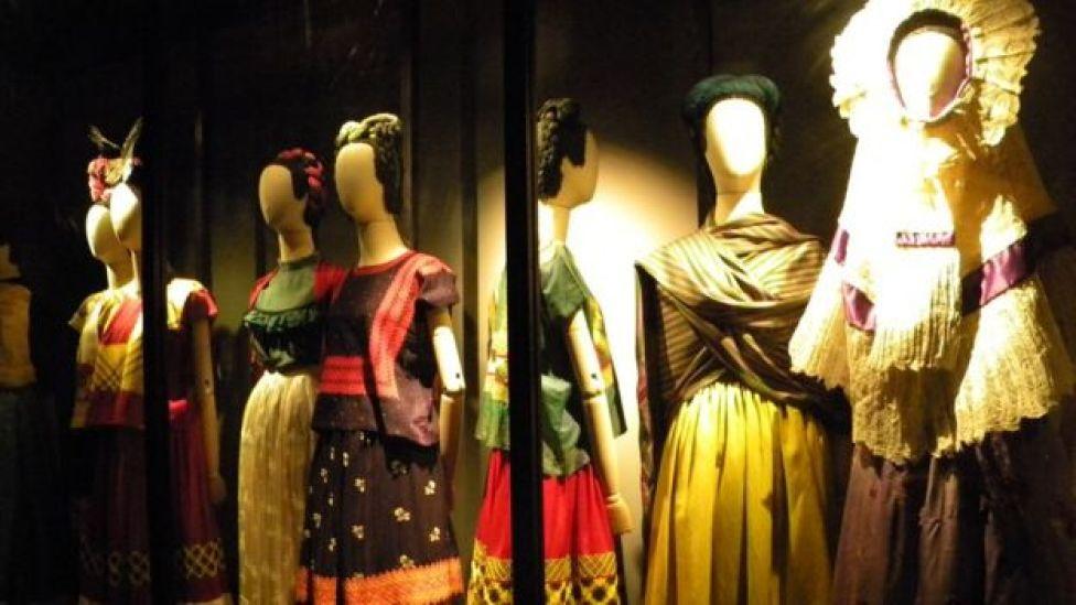 Roupas típicas populares mexicanas usadas por Frida Kahlo na exposição