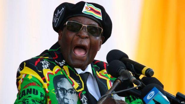 Robert Mugabe s'exprimant sur un podium