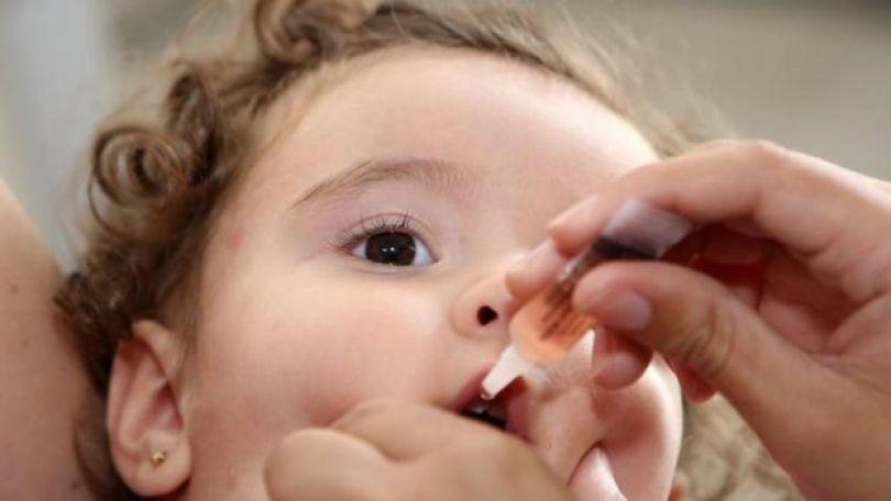 Neném toma vacina