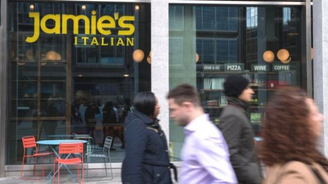Imagem mostra pessoas passando em frente a uma unidade do Jamie's Italian, restaurante de Jamie Oliver