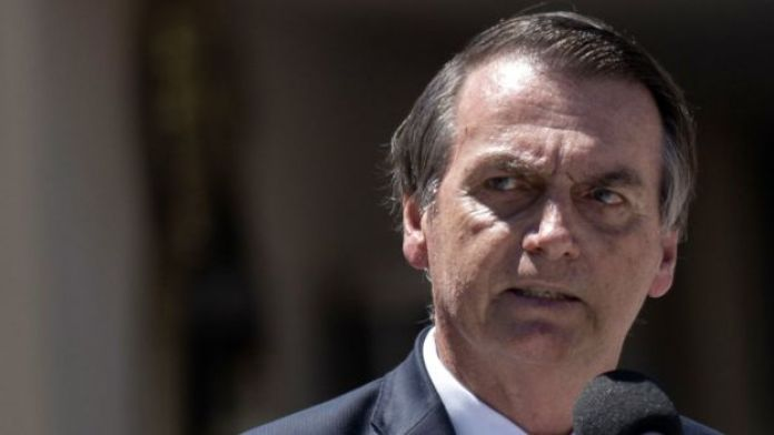 Jair Bolsonaro, presidente de Brasil, olha para o lado