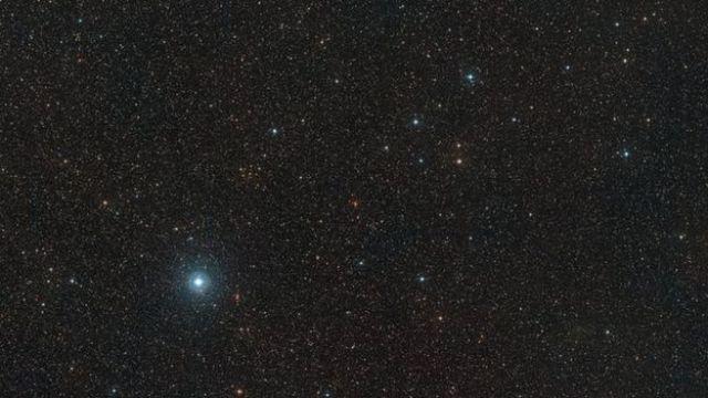 Imagem criada a partir das fotos tiradas pelo projeto Digitized Sky Survey 2 mostram os arredores da anã-vermelha conhecida como Barnard
