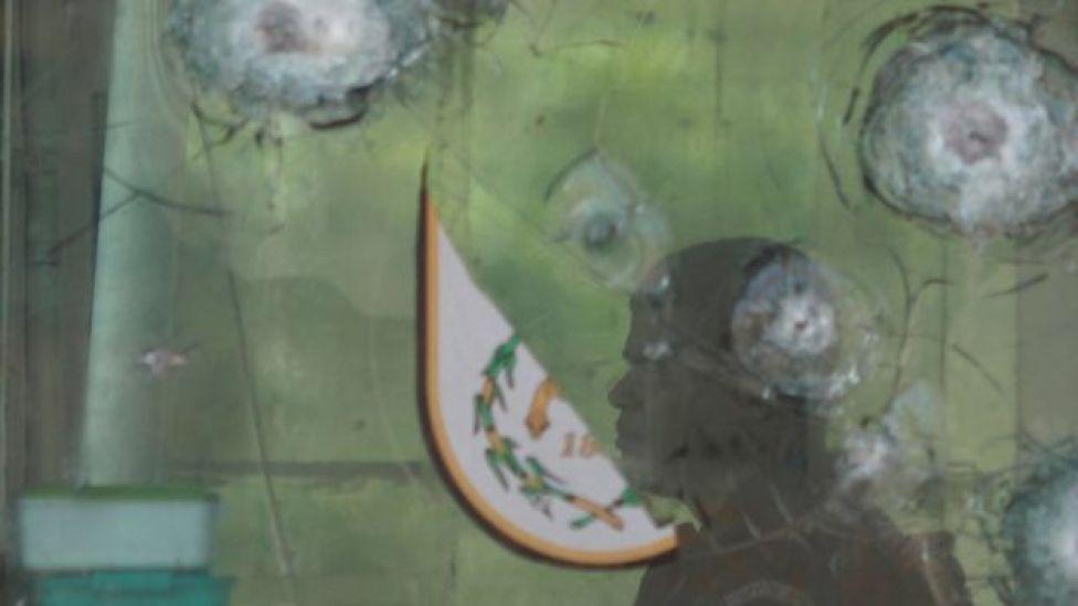 vidro atingido por tiros