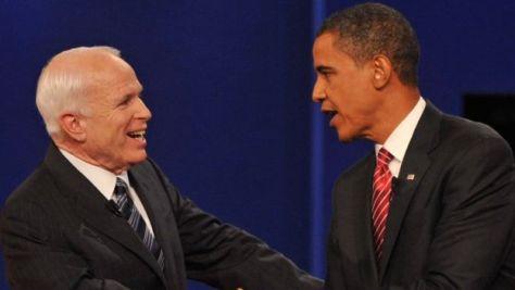 オバマ大統領は訃報を受けてかつてのライバルを追悼した。写真は、2008年大統領選の最後の討論会を終えて握手するマケイン議員とオバマ議員(当時)