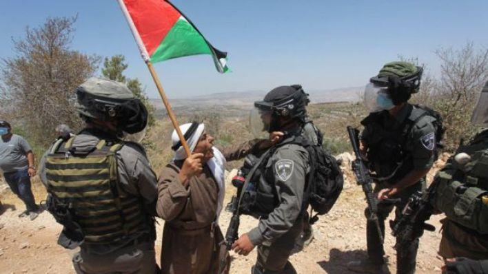 تجادل قوات الأمن الإسرائيلية والمتظاهرون الفلسطينيون خلال احتجاج ضد المستوطنات اليهودية غير الشرعية في الضفة الغربية وغور الأردن، في قرية عصيرة الشمالية في نابلس، الضفة الغربية، 17 يوليو/تموز 2020