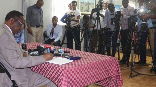Wariyaha BBC-da Ibraahim Maxamed oo su'aal shir jaraa'id ka weeydiinaya Francisco Madeira ergayga AU ee Soomaaliya