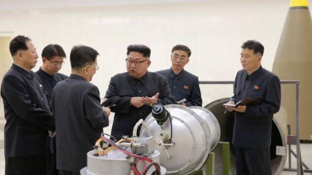 La agencia norcoreana difundió esta foto a principios de septiembre en la que se ve a Kim Jong-un junto a una supuesta bomba de hidrógeno.