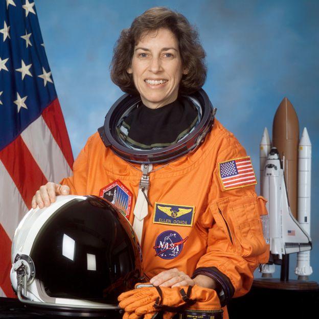 Ellen Ochoa, con uniforme de astronausta.