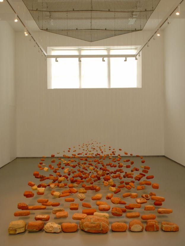 """Una instalación de la artista Cornelia Parker llamada """"Neither Here nor There"""" -""""Ni aquí ni allá"""""""