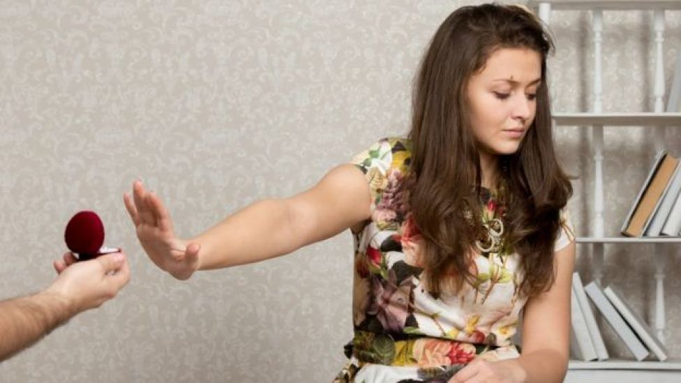 Una mujer rechaza un anillo de compromiso.